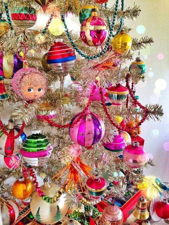 Albero natalizio con decorazioni vintage