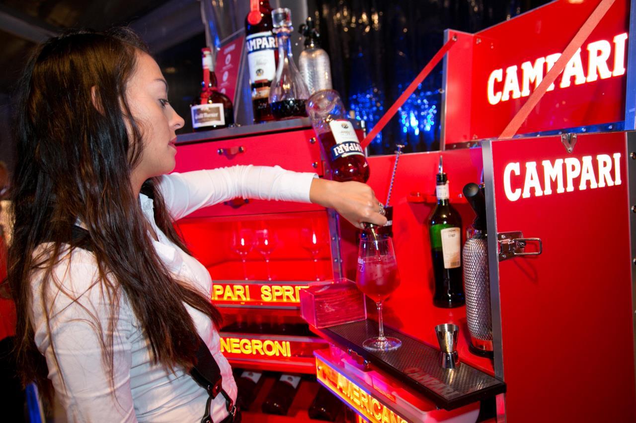 Una barista impegnata a creare il cocktail