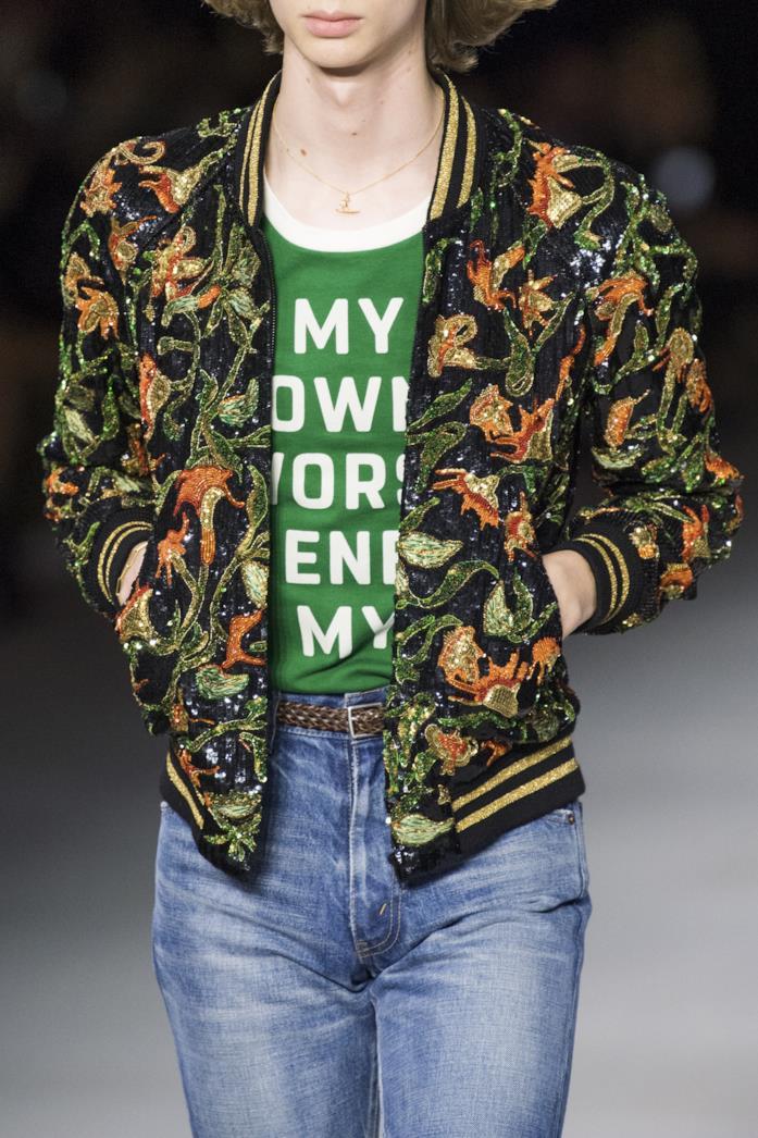 T-shirt verde con le scritte in passerella da Celine