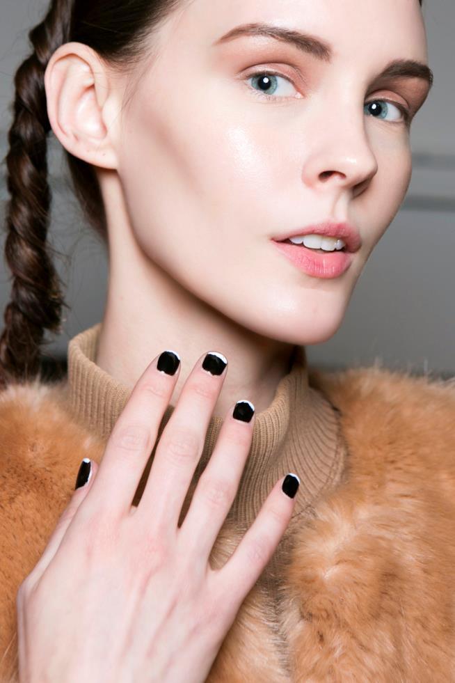 Ragazza con french manicure