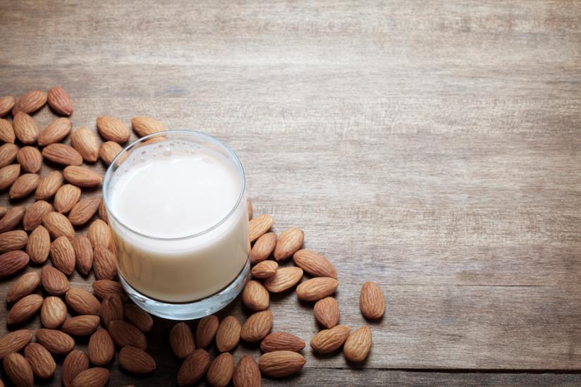 Il latte di mandorla in bicchiere