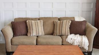 Divano del soggiorno dopo l'intervento di restyling e restauro