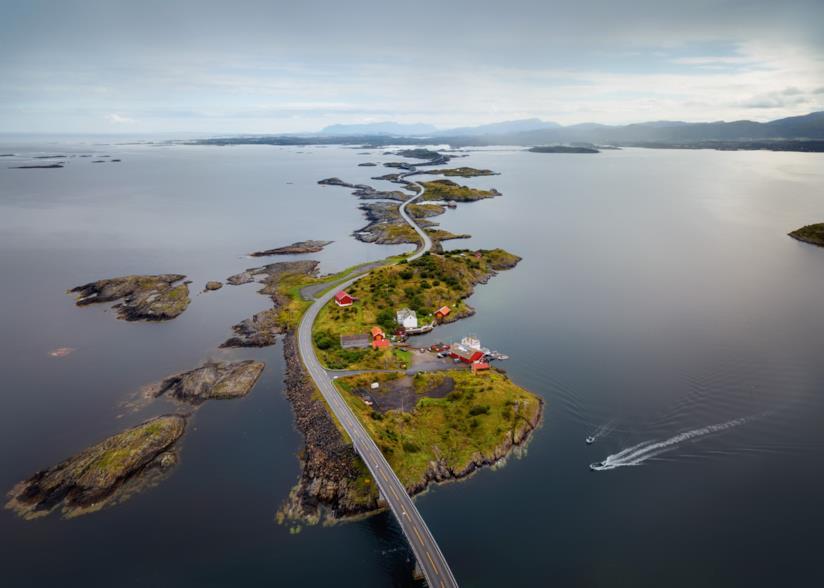 La strada sull'oceano che attraversa i piccoli paesi della Norvegia