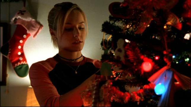 Veronica allestisce l'albero di Natale