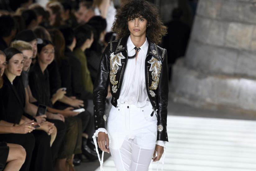 Una modella in passerella per Louis Vuitton