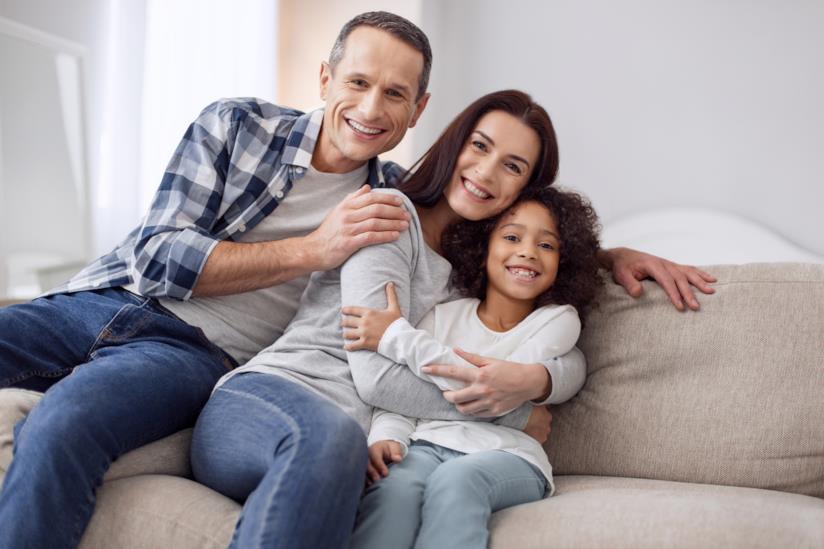 Bambina adottata con la sua famiglia