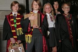 Cinque bambini vestiti come fossero dei maghetti di Grifondoro