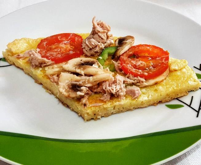 Trancio di frittata con tonno e verdure sul piatto