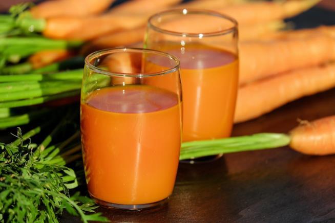 Bicchiere con succo arancione