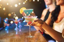 Due ragazze con un drink in mano: il numero di bevitori sta diminuendo