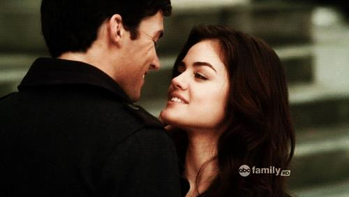 Lucy Hale e Ian Harding in Pretty Little Liars