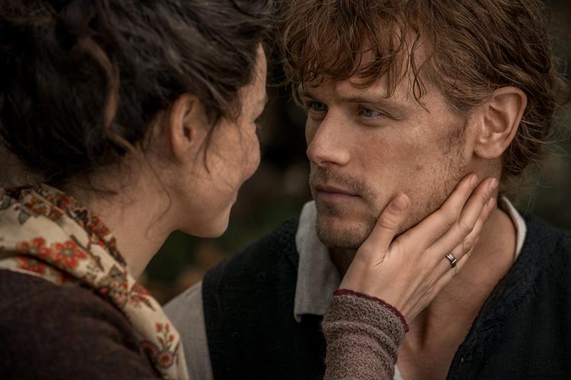 Jamie e Claire si guardano intensamente