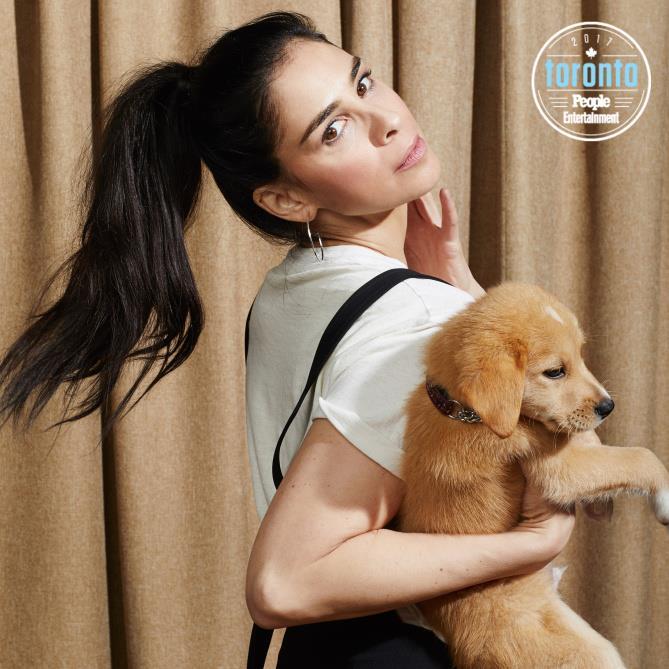 Sarah Silverman con in braccio un cucciolo