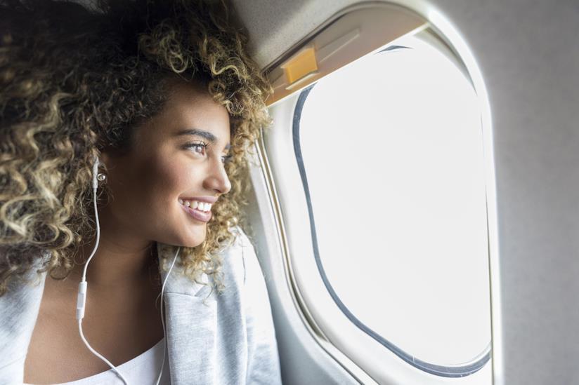 Ragazza seduta in aereo con il viso rivolto all'abitacolo
