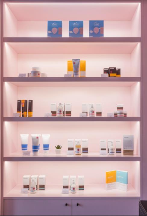 Gli scaffali di  Miin Cosmetics a Milano