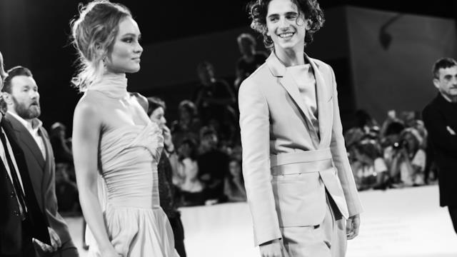 Timothée Chalamet e Lily-Rose Depp: il loro appassionato bacio diventa lo spunto per una serie di meme