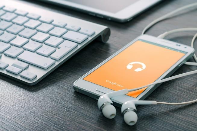 Smartphone e cuffiette per sentire la musica.