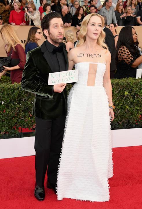 SAG Awards 2017: Simon Helberg e la moglie Jocelyn Towne protestano contro Trump