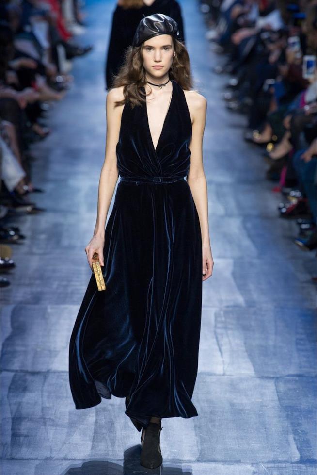 L'abito di Dior in velluto blju
