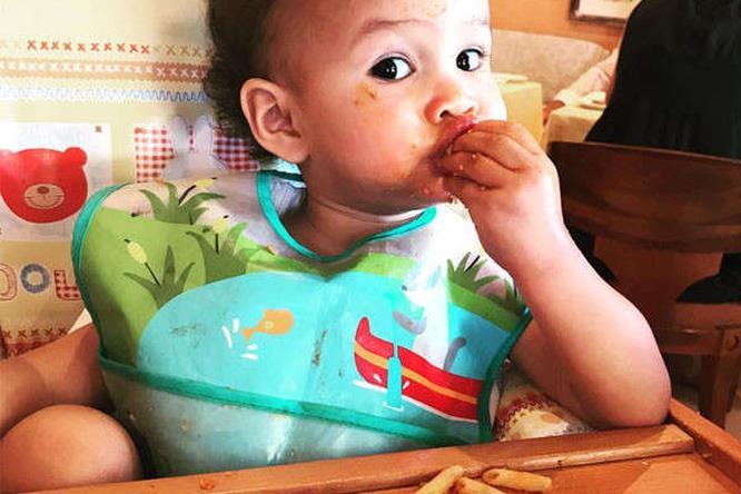 La figlia diJohn Legend che mangia la pasta