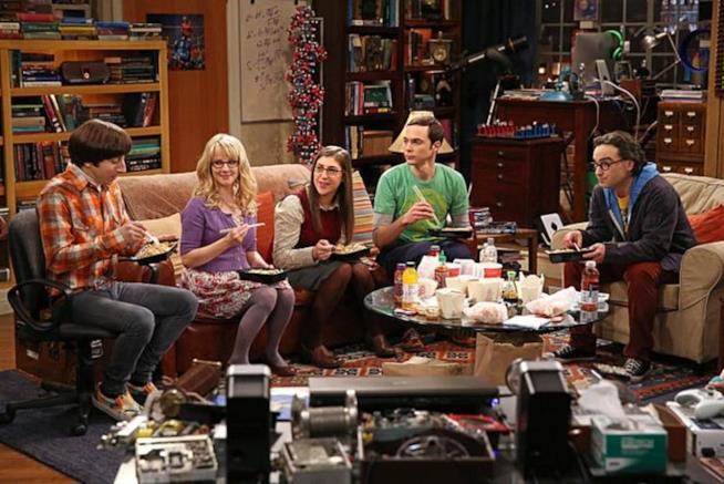 Howard, Bernadette, Amy, Sheldon e Leonard mangiano in una scena di The Big Bang Theory