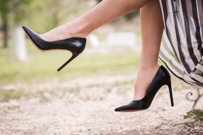Una donna con delle scarpe nere con il tacco.