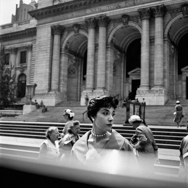 Una donna ritratta in una foto di Vivian Maier