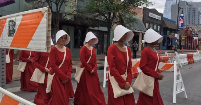 I costumi delle ancelle in The Handmaid's Tale