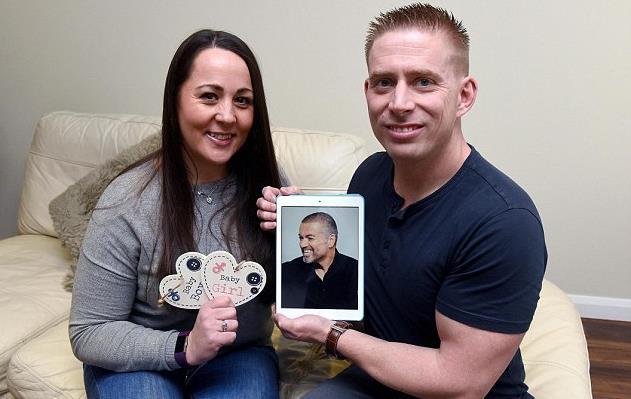 Lynette e Nathan sorridono di fronte alla foto di George Michael