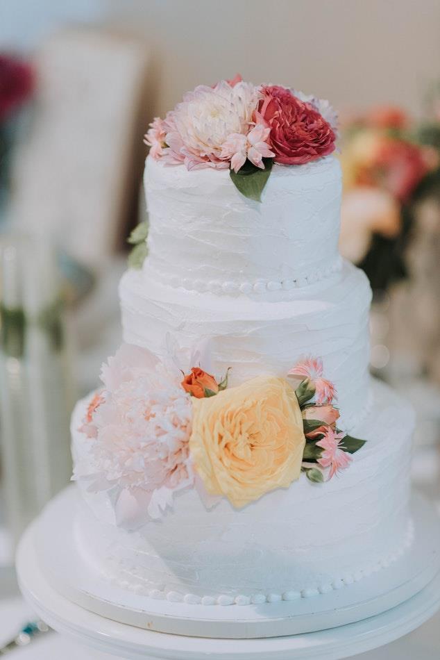 Torta nuziale con fiori e decorazioni