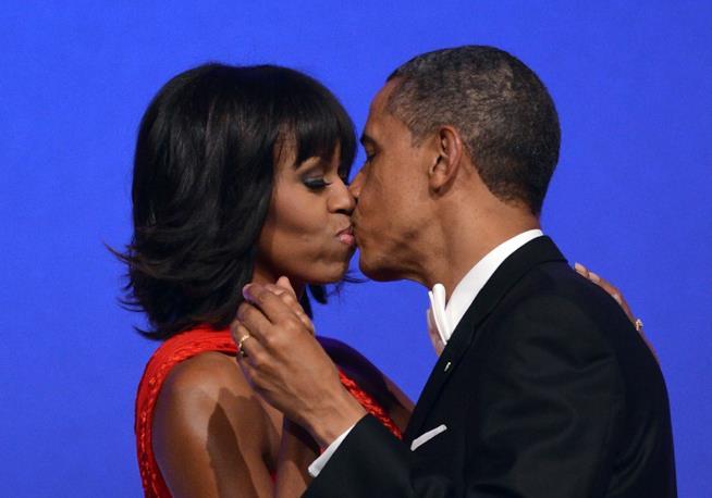 Un bacio romantico tra il presidente e sua moglie