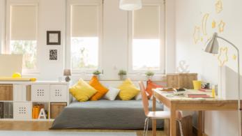 Cameretta per bambini arredata con colori vivaci come il giallo e l'arancio