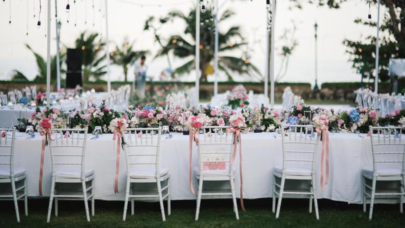 Lungo tavolo imperiale apparecchiato per pranzo nozze