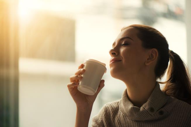 Una donna tiene in mano un caffè