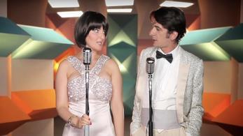 Arisa e Francesco Mandelli nel videoclip de L'esercito del Selfie