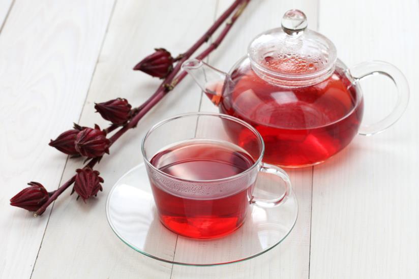 Tazza di tè all'ibisco su un tavolo