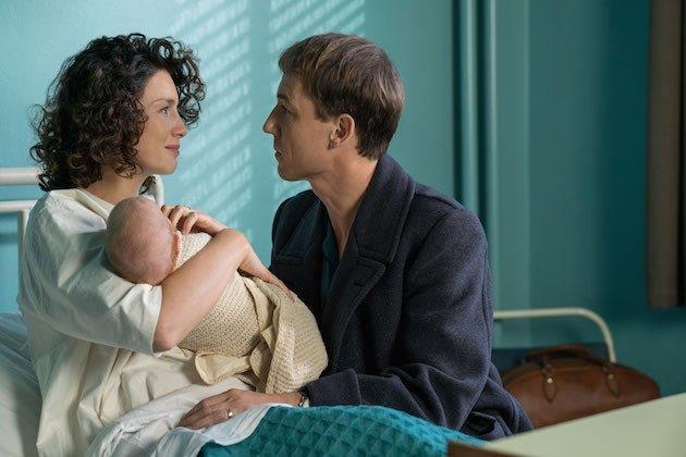 Claire stringe Brianna appena nata con Frank al fianco