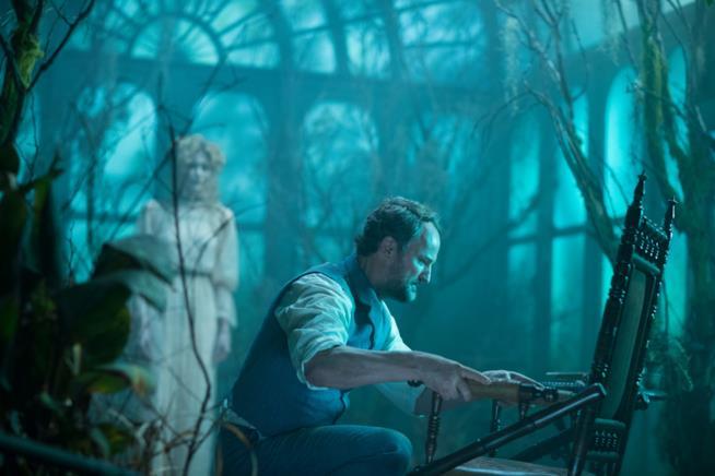 L'attore Jason Clarke in una scena di La vedova Winchester