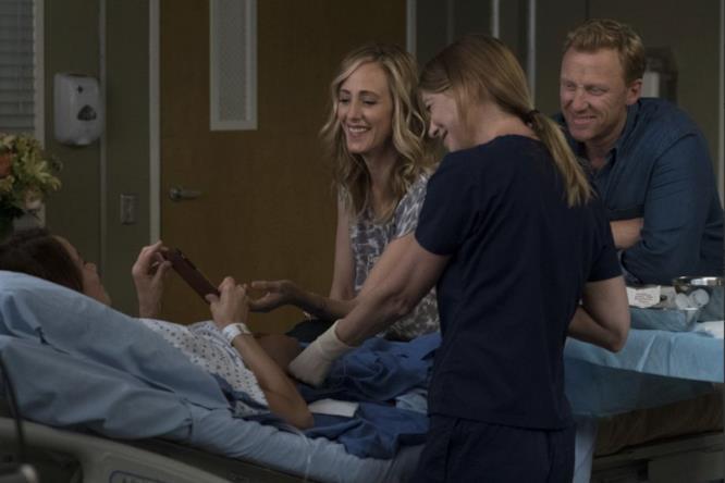 Gli attori Abigail Spencer, Ellen Pompeo, Kevin McKidd e Kim Raver in una scena di Grey's Anatomy 14