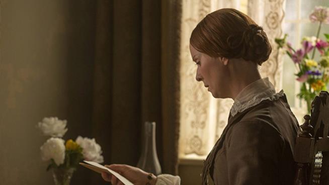 Emily Dickinson legge una lettera