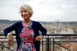 Helen Mirren su un terrazzo di Roma