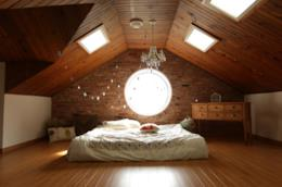 8 consigli per arredare nel modo giusto una camera mansardata, valorizzandola al meglio