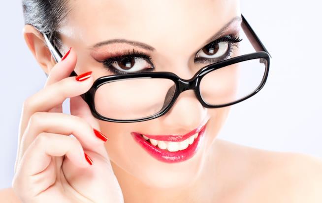 Primo piano di una ragazza che indossa gli occhiali