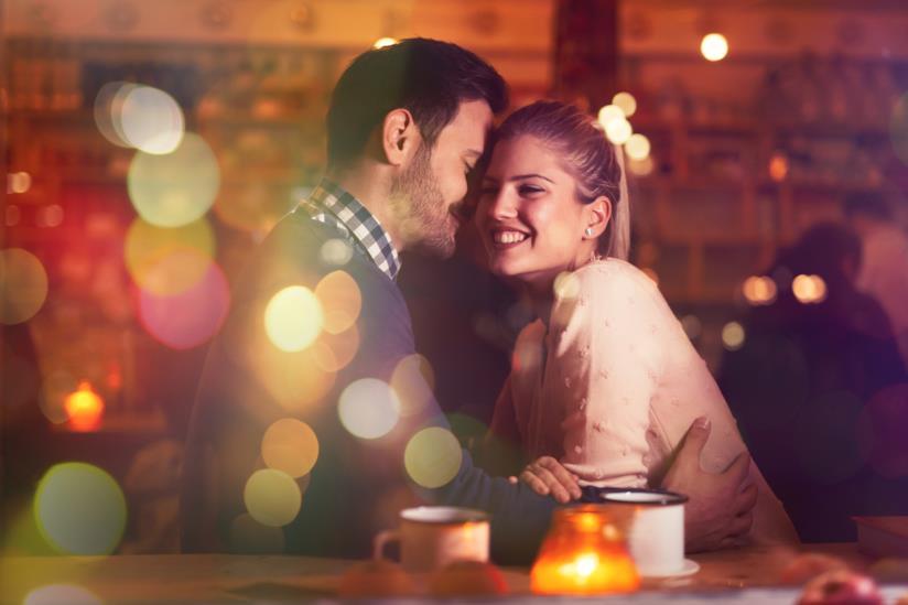 Una coppia in una cena romantica