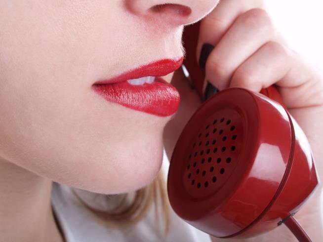 Niente chat né videochiamate: la voce al telefono accende la passione di coppia