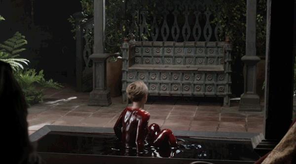 Lotte Verbeek coperta di sangue nell'episodio La Bakra di Outlander