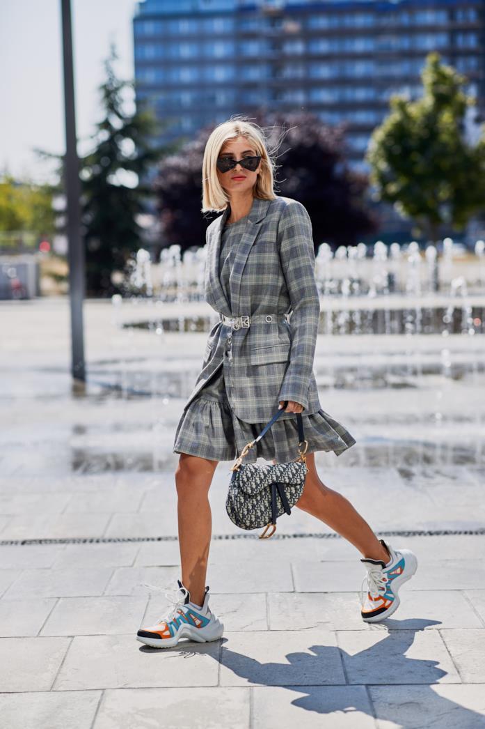 Outfit casual con sneakers multicolore e completo a quadri