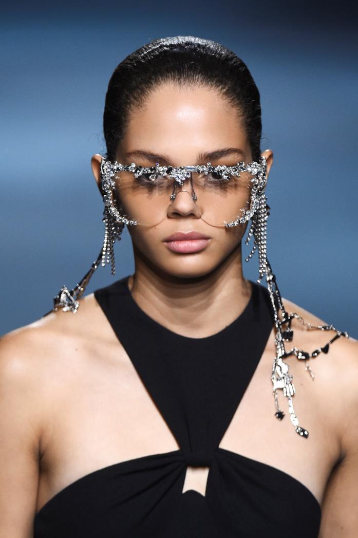 Modella che indossa occhiali Givency