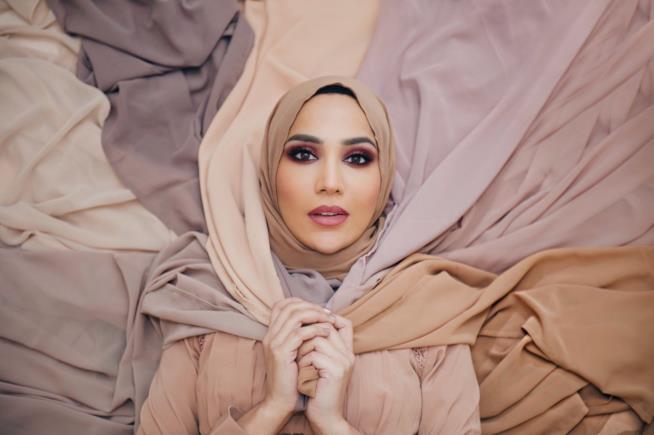 La beauty blogger con il velo islamico