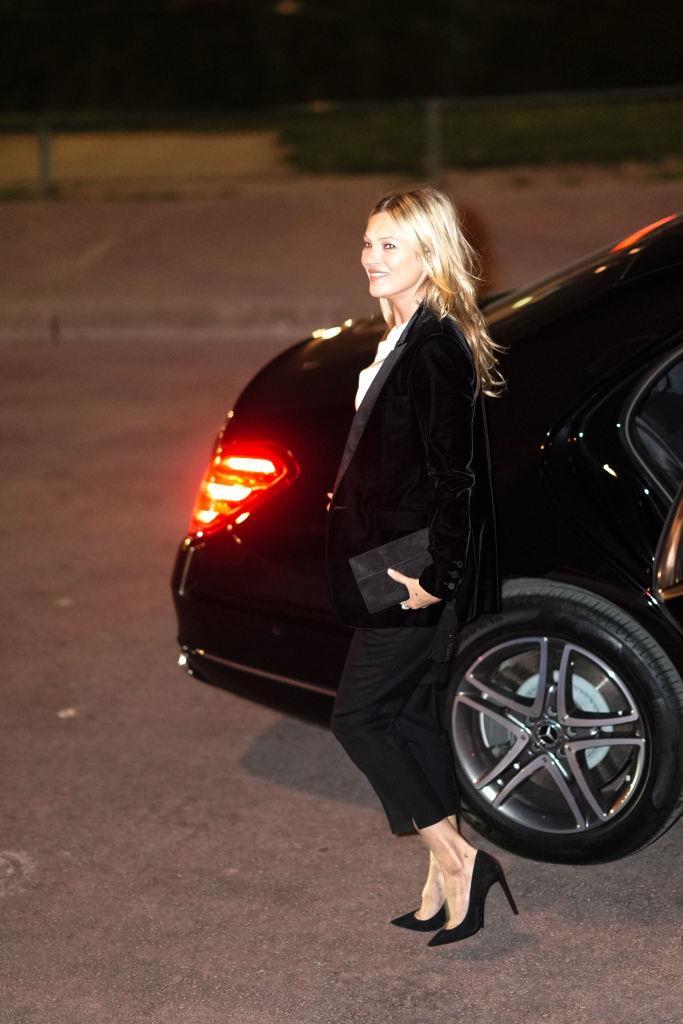 Kate Moss elegantissima in tuxedo nero